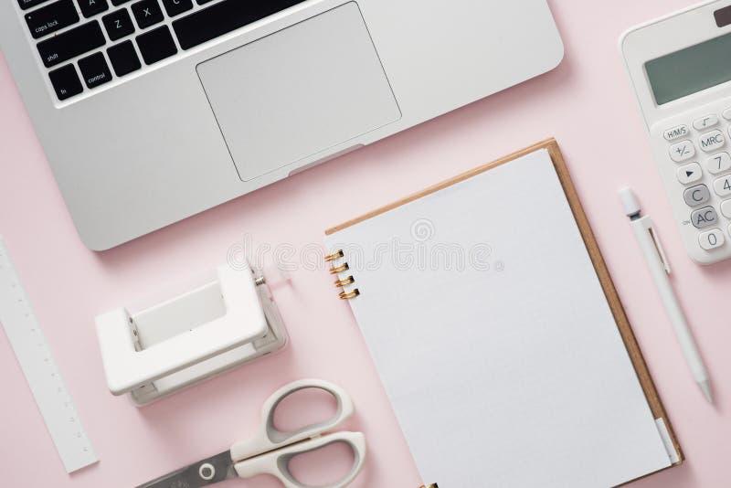 Leeres Notizbuch mit Laptop- und Bürozubehörsammlung auf Schreibtisch lizenzfreie stockfotos