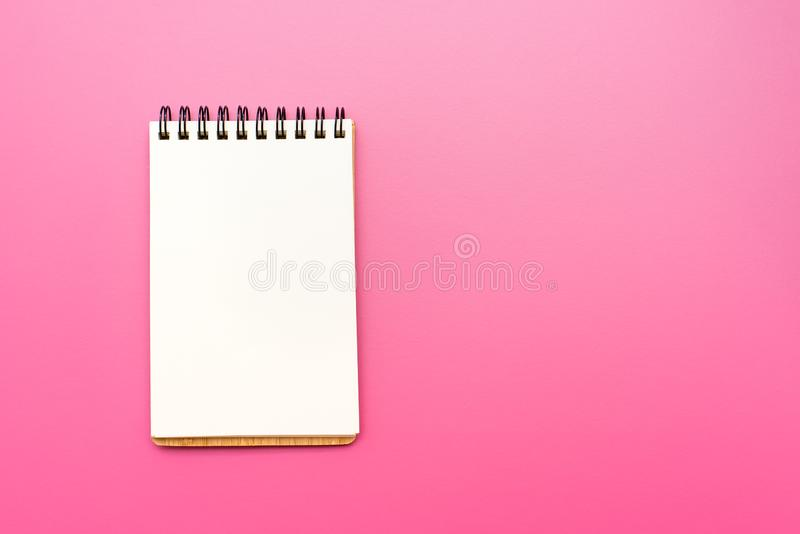 Leeres Notizbuch mit Spirale für die Anwendung von Aufklebern auf rosa Hintergrund stockfotos