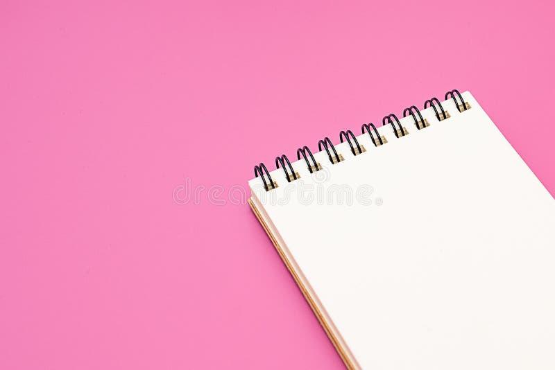 Leeres Notizbuch mit Spirale für die Anwendung von Aufklebern auf rosa Hintergrund stockbilder