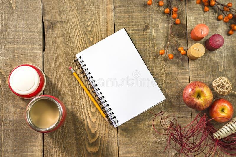 Leeres Notizbuch und Bleistift mit Kaffee in der Thermosflasche auf rustikalem woode lizenzfreie stockfotos
