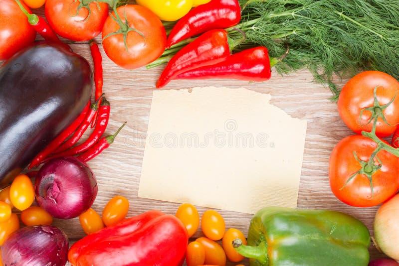 Leeres Papier mit Gemüse lizenzfreie stockfotos