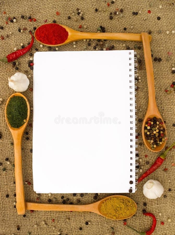 Leeres Papier und Gewürze stockfotografie