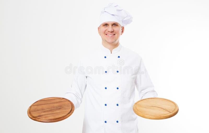 Leeres Pizzabrett der Lächelnchefholding lokalisiert auf weißem Hintergrund, Nahrung und Getränkkonzept lizenzfreies stockfoto