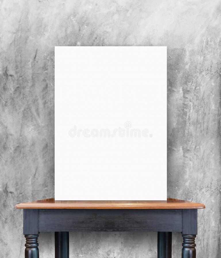 Leeres Plakat auf Weinleseholztisch an der Betonmauer, Schablone f lizenzfreie stockbilder