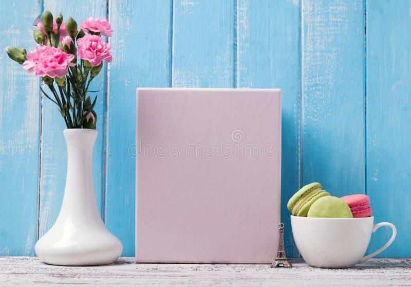 Leeres Plakat, Blumen und macarons in der Schale stockbilder