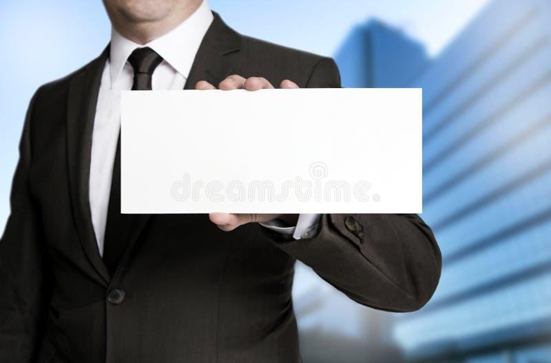 Leeres Plakat wird durch Geschäftsmannkonzept gehalten stockfoto