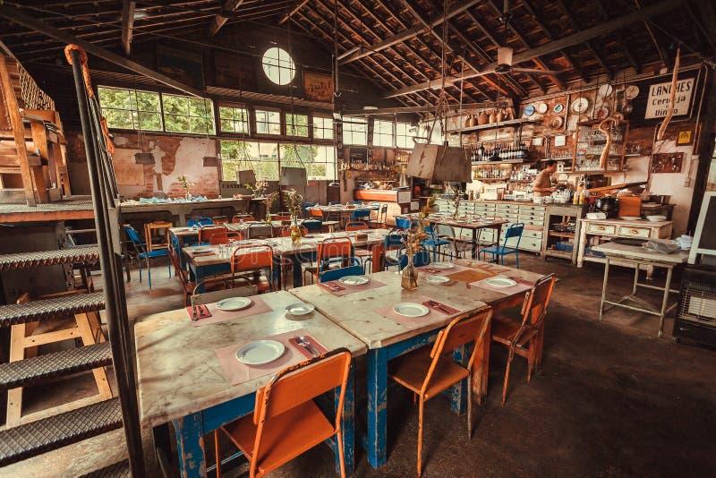 Leeres Restaurant im rustikalen Gebäude, Bar mit biologischem Lebensmittel, Getränke und Weinleseatmosphäre stockbilder