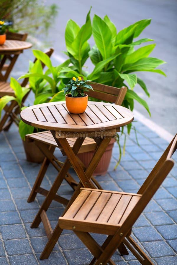 Leeres Restaurant - leere Tabelle auf der Straße stockfotografie