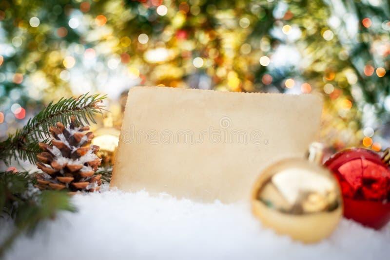 Leeres rustikales Papier auf Weihnachtshintergrund stockbild