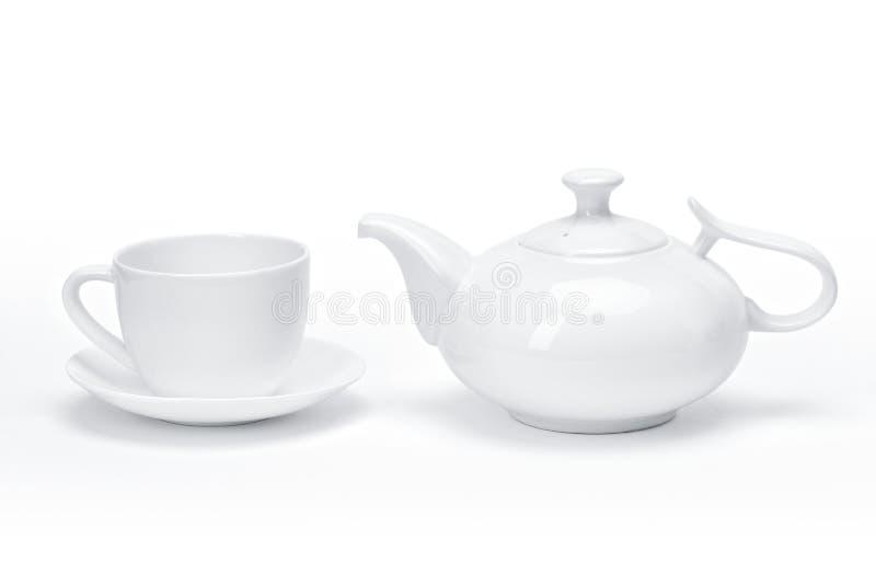 Leeres Schablonenporzellangeschirr für Ihr Design, weiße keramische Teekanne und Tee überfallen weißen Hintergrund stockfotografie