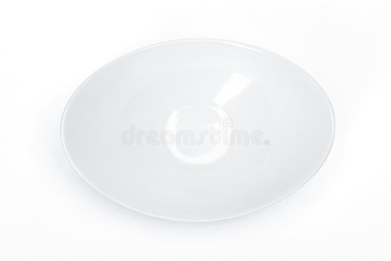 Leeres Schablonenporzellangeschirr für Ihr Design, weiße keramische Untertasse für einen Schalenweißhintergrund stockbild