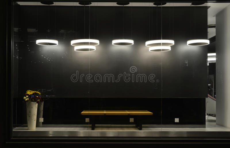 Leeres Schaufenster mit geführten Glühlampen, LED-Lampe benutzt im Shopfenster, Handelsdekoration, schwarzer grauer Hintergrund stockbilder