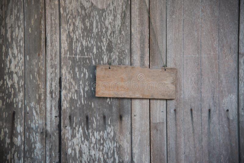 Leeres Schild mit dem Seilhängen stockfotografie