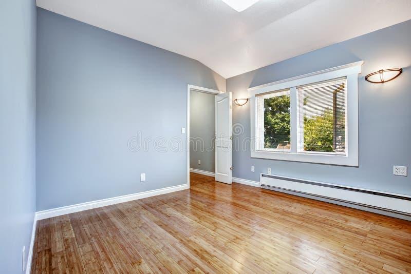 Leeres Schlafzimmer Mit Hellblauen Wänden Stockbild Bild - Schlafzimmer hellblau