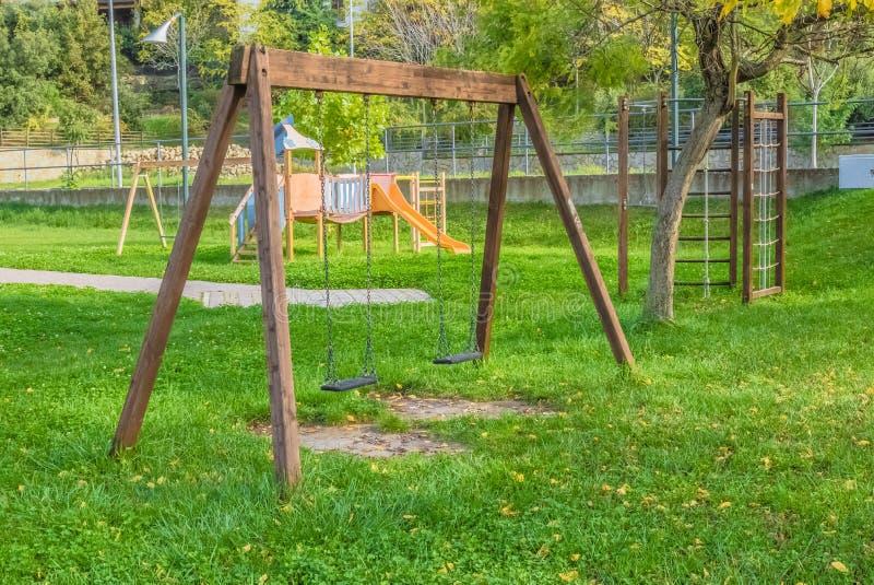 Leeres Schwingen am Spielplatz für Kind nahe Kindertreppe schiebt Ausrüstung lizenzfreies stockfoto