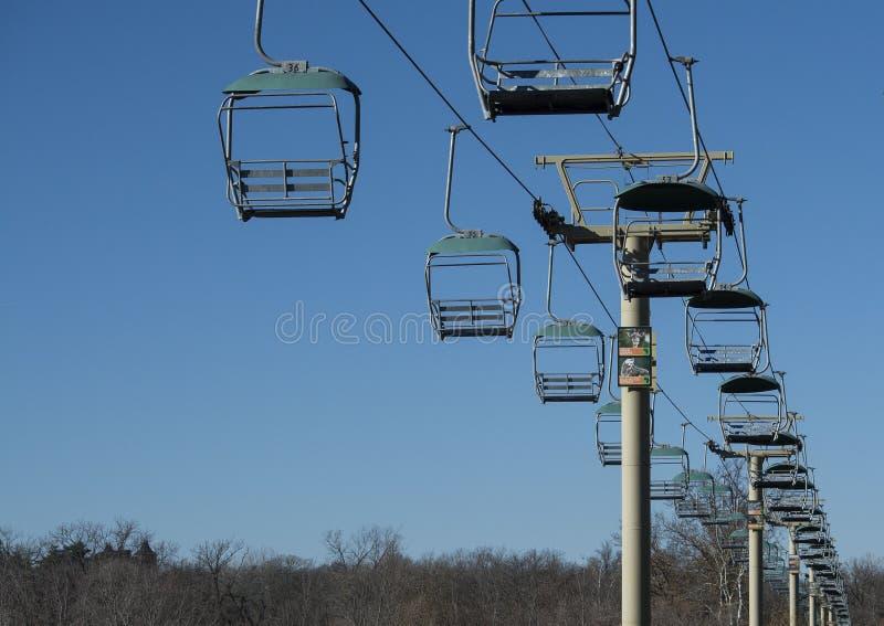 Leeres skylift gegen blauen Himmel stockfoto