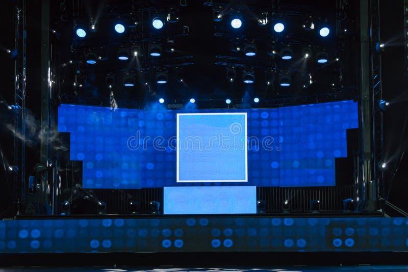 Leeres Stadium mit Blaulichtern und schwarzer Decke lizenzfreie stockfotografie
