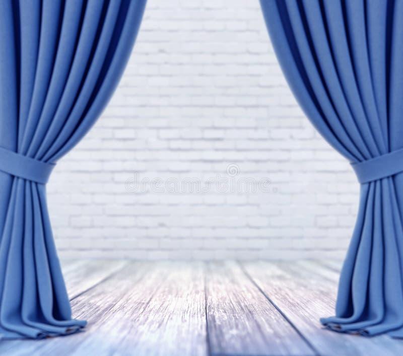 Leeres Stadium mit weißer Backsteinmauer und blauen Vorhängen mit Fokus auf weißem hölzernem Plankenboden stock abbildung