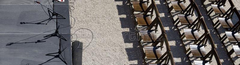 Leeres Stadium und Reihen von Stühlen stockfoto