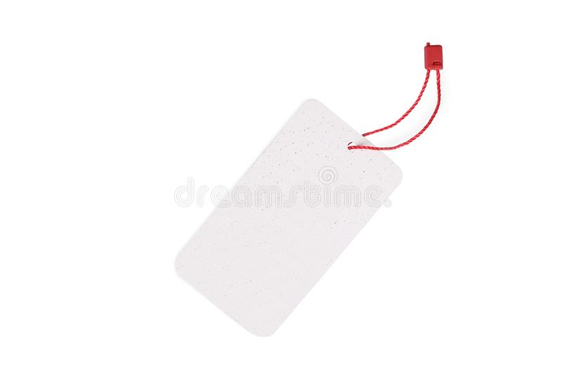 Leeres Tag gebunden mit der roten Schnur lokalisiert auf wei?em Hintergrund stockfoto
