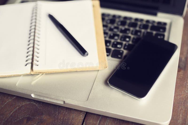leeres tagebuch stift smartphone und laptop stockfoto bild von niemand zelle 60690980. Black Bedroom Furniture Sets. Home Design Ideas