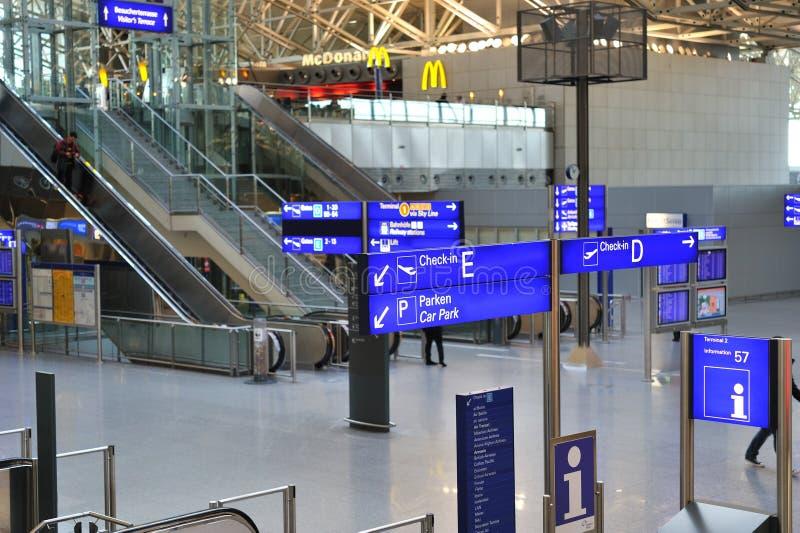 Leeres Terminal im Frankfurt-Flughafen lizenzfreie stockbilder