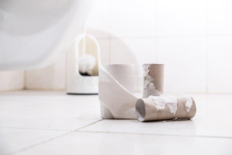 Leeres Toilettenpapier Rolls auf dem Boden lizenzfreies stockbild