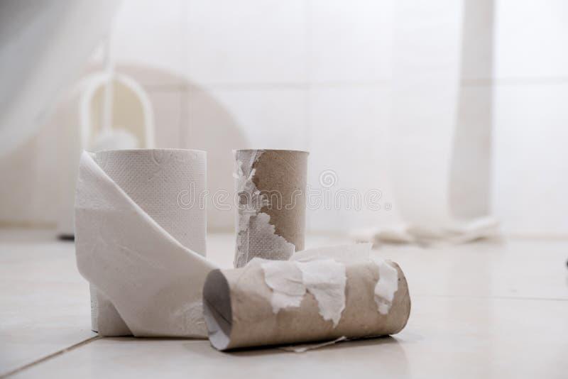 Leeres Toilettenpapier Rolls auf dem Boden stockfoto