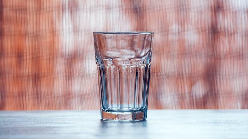 Leeres Trinkglas auf dem Tisch lizenzfreies stockfoto