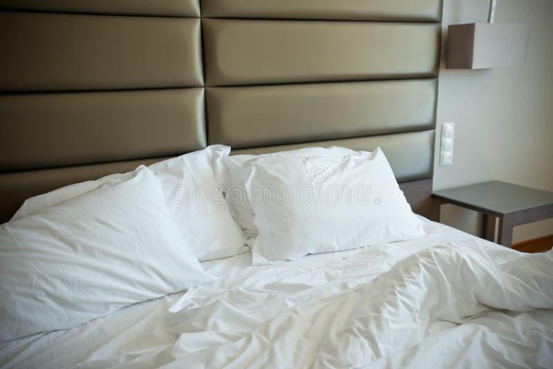 Leeres ungemachtes Bett lizenzfreies stockbild