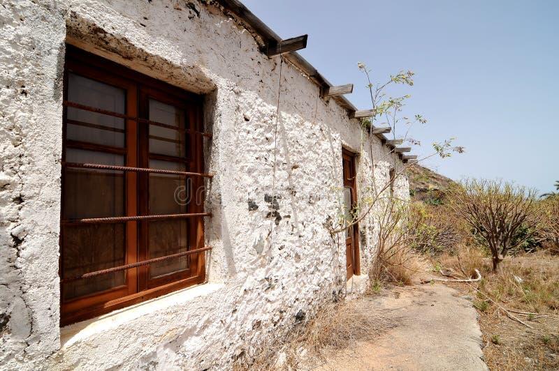 Leeres Weiß verlassenes Gebäude in der Wüste lizenzfreies stockbild
