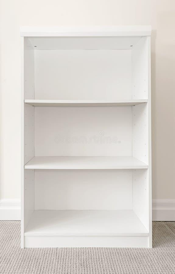 Leeres weißes Bücherregal stockfoto