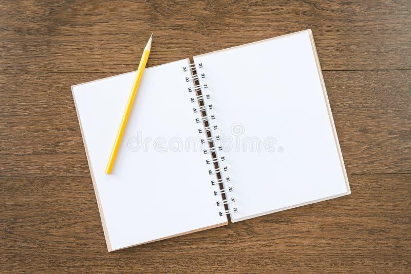 Leeres weißes Notizbuch auf hölzernem Beschaffenheitshintergrund lizenzfreie stockfotografie