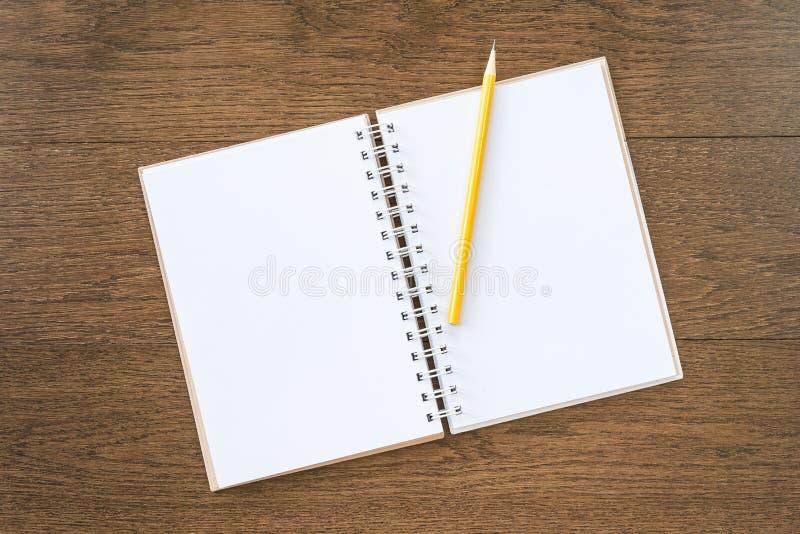 Leeres weißes Notizbuch auf hölzernem Beschaffenheitshintergrund lizenzfreies stockfoto