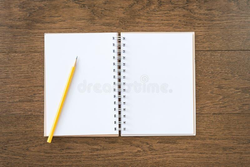 Leeres weißes Notizbuch auf hölzernem Beschaffenheitshintergrund lizenzfreies stockbild