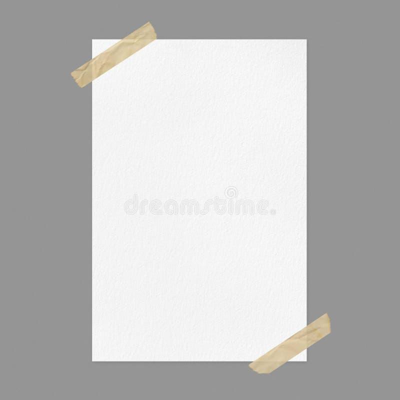 Leeres weißes Plakatmodell auf grauem Hintergrund mit Klebstreifen stockfotografie