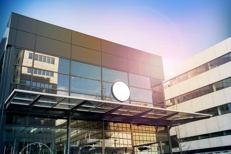 Leeres weißes rundes Signagemodell, modernes Geschäftsgebäude stockfotos