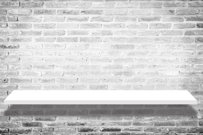 Leeres weißes Shopregal mit Schatten, Kleinregal auf Ziegelstein vinta lizenzfreie stockfotografie