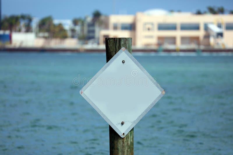 Leeres weißes Werbepylon über Wasser in Jachthafenhintergrund Süd-Florida-Miami Beach stockfoto