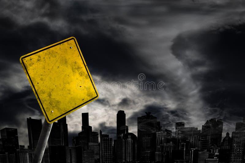 Leeres Wetter-Warnzeichen gegen Stadt-Schattenbild mit Kopien-Badekurort lizenzfreies stockfoto