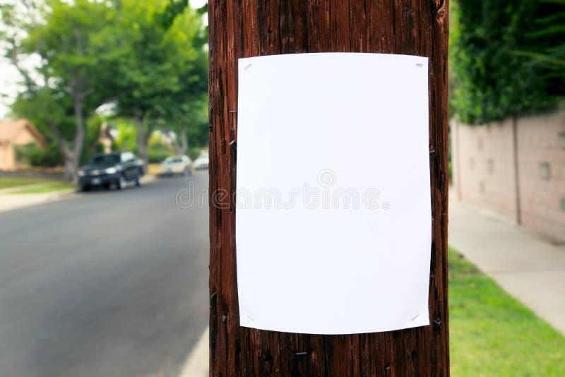 Leeres Zeichen geheftet zu einem Telefonmast lizenzfreie stockfotografie