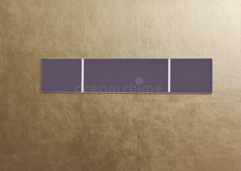 Leeres Zeichen haben eine weiße Linie 2 auf Goldwand stockbilder