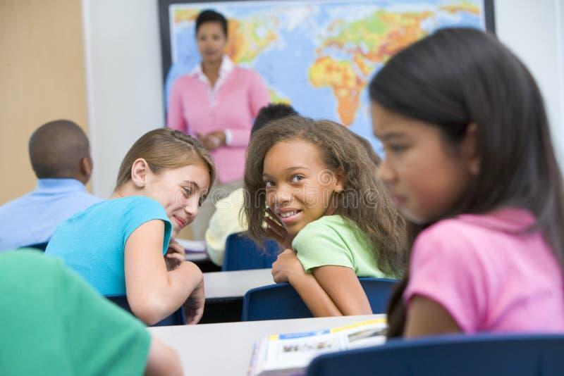 Leerling die in basisschool wordt geïntimideerde stock fotografie