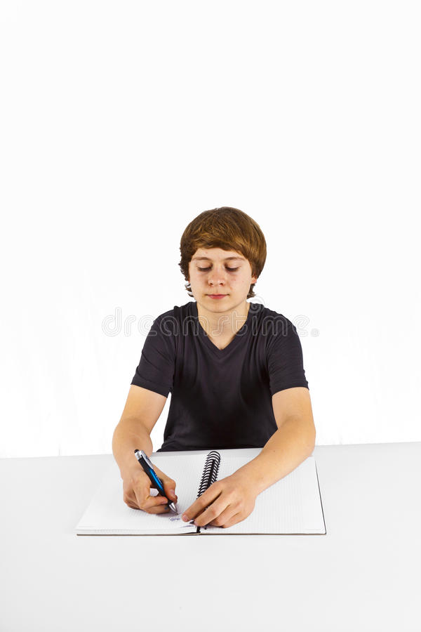 Leerling die thuiswerk voor school doet stock afbeelding