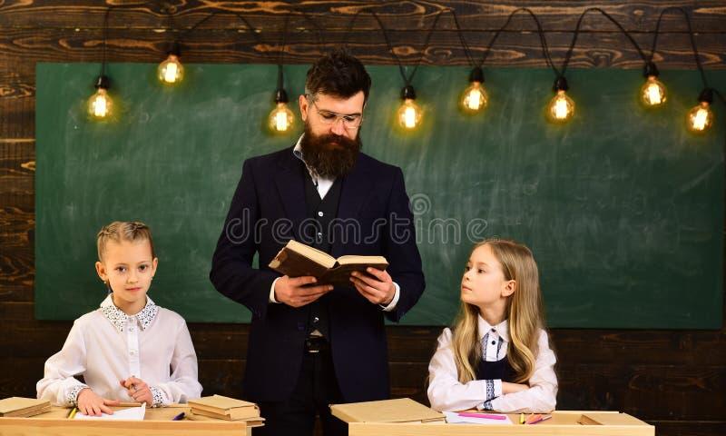 Leerling die tutoringscursussen met mooie blonde privé-leraar - op klasse nemen die laptop met leraar met behulp van De studenten stock fotografie