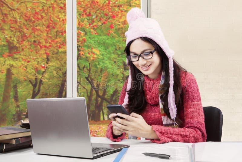Leerling met sweater die smartphone gebruiken royalty-vrije stock foto's