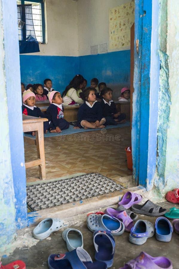 Leerling tijdens les in kleine lage school stock afbeelding