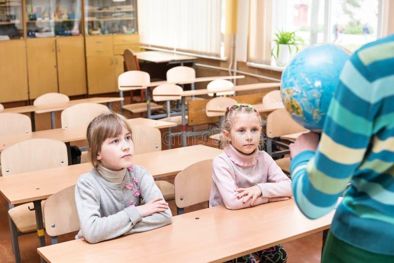 Leerlingen bij een aardrijkskundeles royalty-vrije stock afbeelding