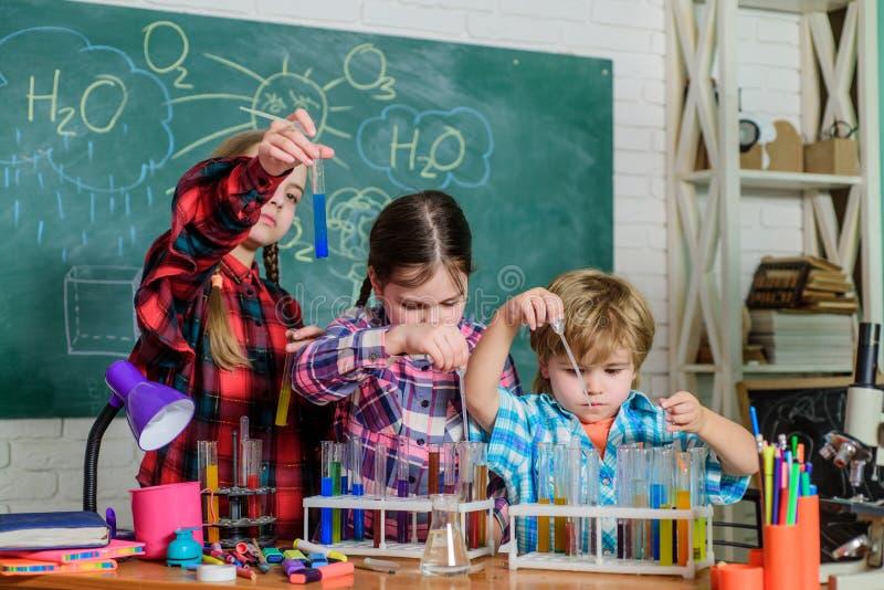 Leerlingen in de chemieklasse Terug naar School Onderwijs concept Gelukkige kinderen kinderenwetenschappers het maken stock foto