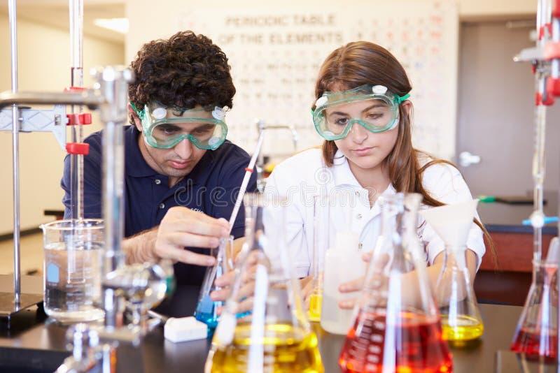 Leerlingen die Experiment in Wetenschapsklasse uitvoeren stock afbeeldingen